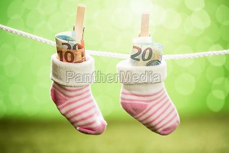 paar babysocke mit dollar am seil