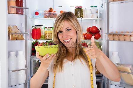 frau essen salat in der naehe