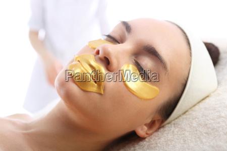 gold maske hautpflege um die augen