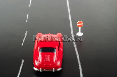 auto und verkehrszeichen