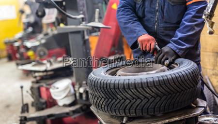 professionelle, automechaniker, reifen, auf, dem, rad - 19882664