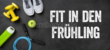 fitnessausruestung auf dunklem hintergrund fit