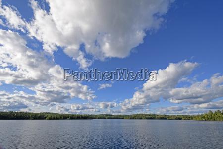 wolkenlandschaft ueber einer wasserlandschaft
