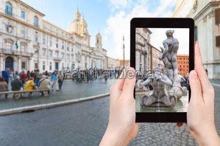 touristen fotografieren brunnen auf der piazza
