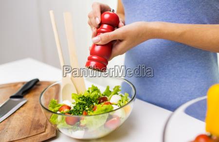 nahaufnahme von frau koch gemuesesalat zu