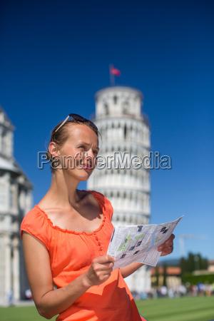 herrliche weibliche tourist mit karte den