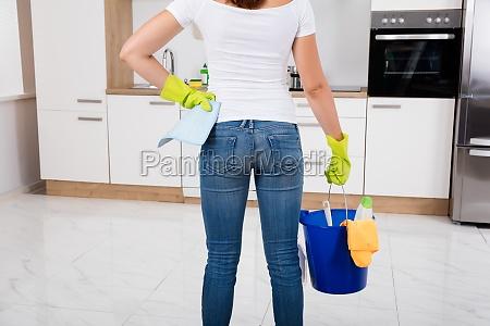frauen holding reinigungs tools und produkte