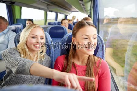 glueckliche junge frauen reiten im reisebus