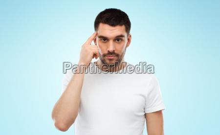 mann mit dem finger auf tempel