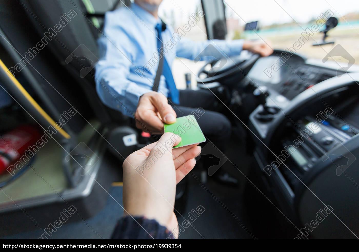 busfahrer, der, ticket, oder, karte, vom, passagier - 19939354
