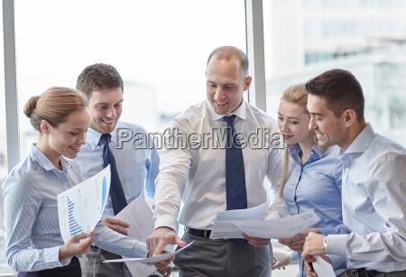 geschaeftsleute mit papieren im amt