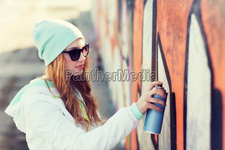 teenager maedchen zeichnung graffiti mit spray