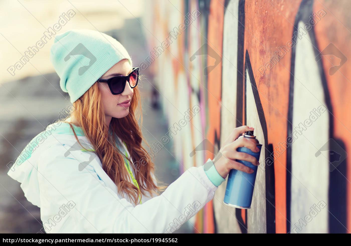 teenager-mädchen, zeichnung, graffiti, mit, spray, farbe - 19945562