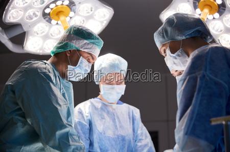 gruppe von chirurgen im op saal