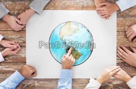 nahaufnahme von haenden mit globus bild