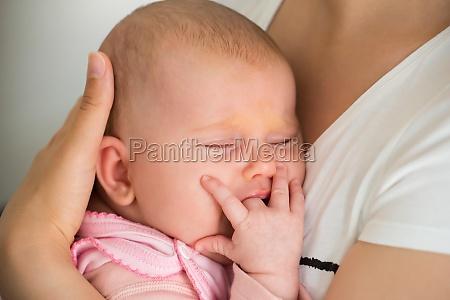baby schlafen auf mamas arm