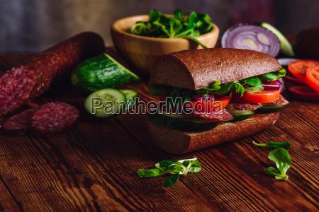 sandwich mit salami und frischgemuese