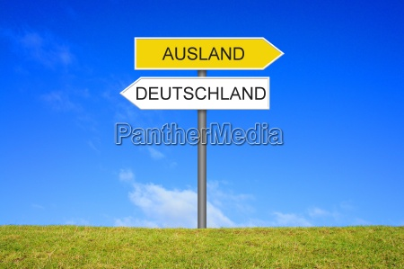 schild wegweiser zeigt deutschland und ausland