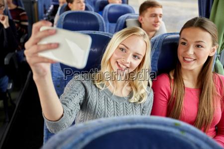 frauen, die, selfie, durch, smartphone, im, reisebus - 19981982