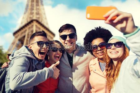laechelnde freunde nehmen selfie mit smartphone