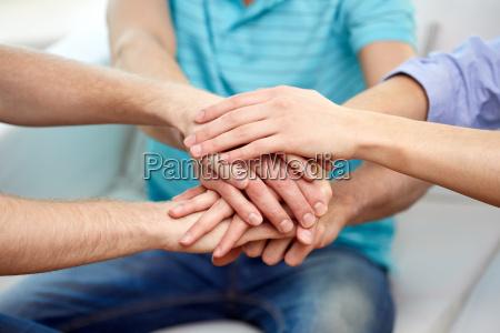 nahaufnahme von freunden die haende miteinander