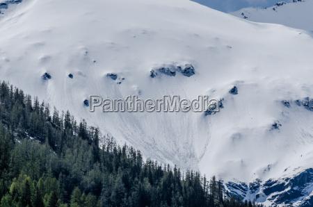 berg mit schnee und lawine