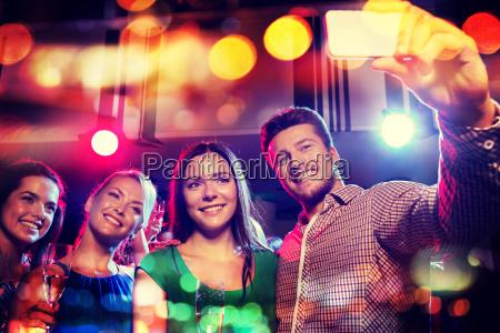 freunde nehmen selfie von smartphone in