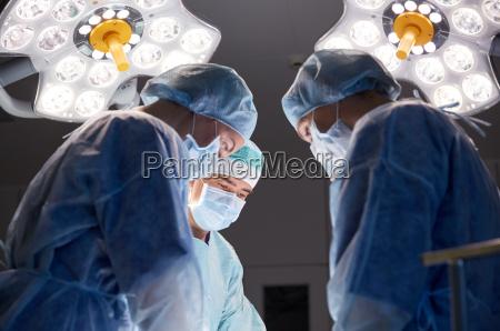 gruppe, von, chirurgen, im, operationssaal, im - 19998678