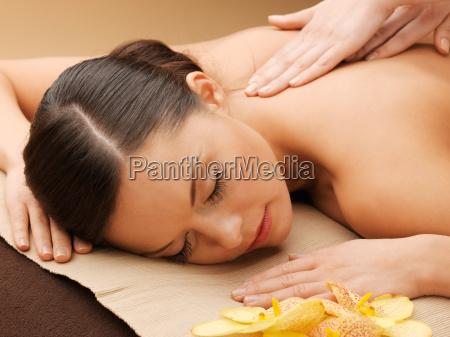 schoene frau in massagesalon