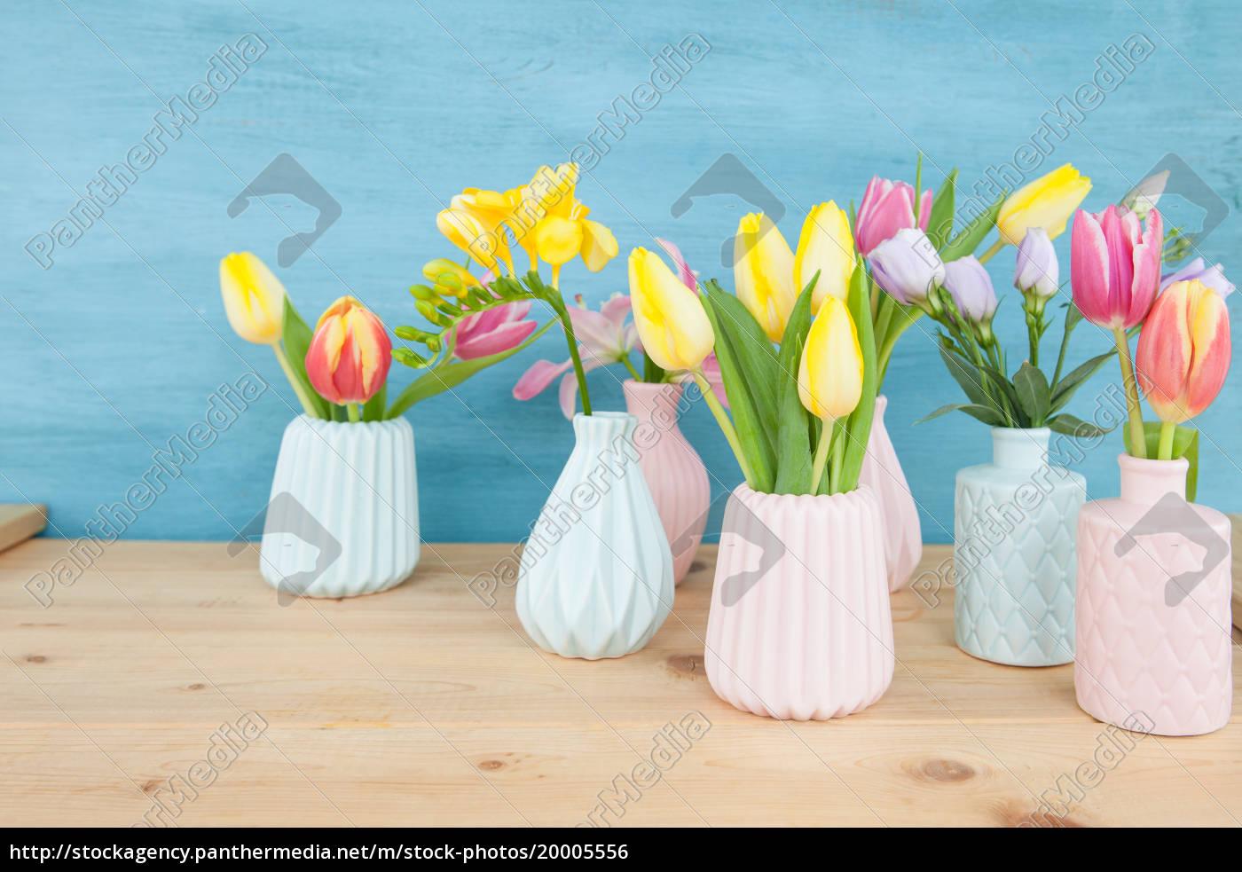 bunte, fruehlingsblumen, in, kleinen, vasen - 20005556