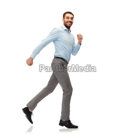 laechelnd junger mann weglaufen