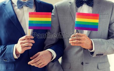 naerbillede af mandlige homoseksuelle par holder