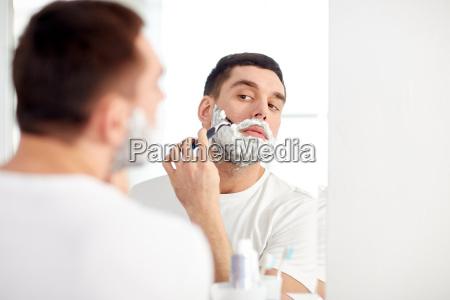mann rasieren bart mit rasierklinge im