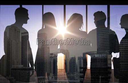 menschen silhouetten ueber stadt hintergrund