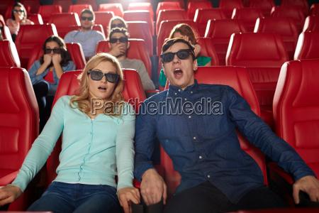 freunde beobachten horrorfilm im 3d theater