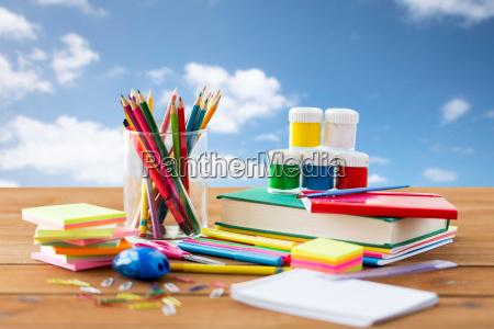 nahaufnahme von briefpapier oder schulmaterial auf