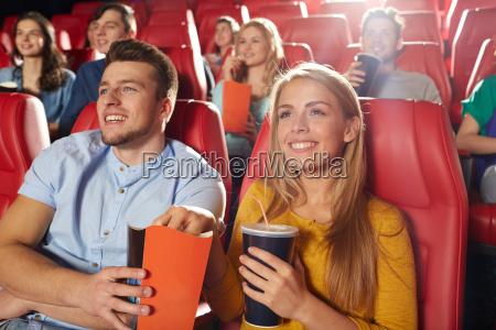 glueckliche freunde beim film im theater