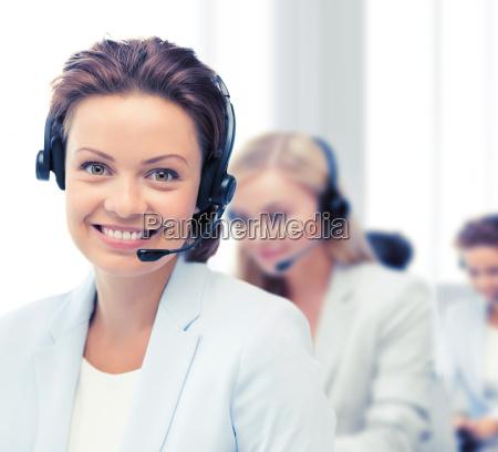 weiblicher helpline operator mit kopfhoerern