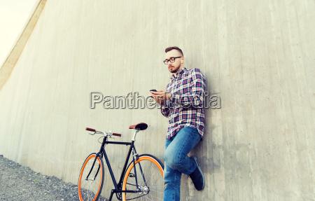 hipster mann in kopfhoerer mit smartphone