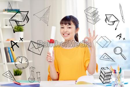 glueckliche asiatische studentin mit diplom zu