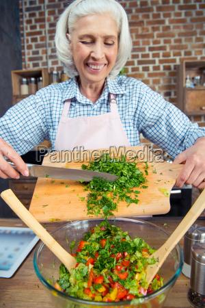 frau schneiden salat