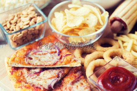 nahaufnahme von fast food snacks auf