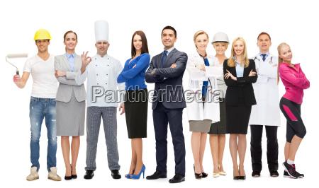 geschaeftsmann ueber verschiedene professionelle arbeiter