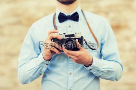 nahaufnahme von hipster mann mit film