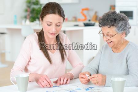 junge frau hilft senior dame