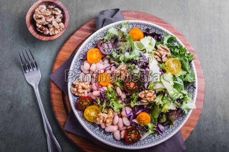 gemischter salat mit bohnen und walnusskernen