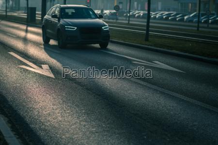 stadtautoverkehr autos auf einer stadtstrasse verschmutzen