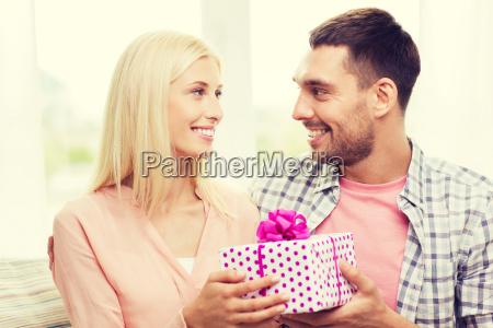 gluecklicher mann frau geschenk box zu