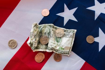 nahaufnahme der amerikanischen flagge und geld