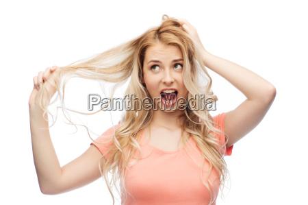 frau haelt strang ihres haares